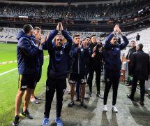 Fenerbahçeli futbolcular ikinci kez tribünleri selamladı