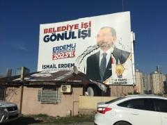 AK Parti Ataşehir Adayı İsmail Erdem'in afişlerine boyalı saldırı
