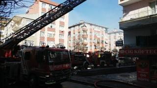 Bahçelievler'de 3 katlı binanın çatısı alev alev yandı