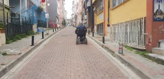 Beşiktaş'ta engelli vatandaş 30 metrelik sokağı geçebilmek için 500 metre dolaştı