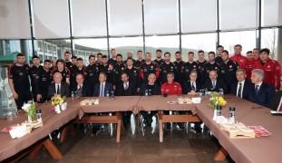 Binali Yıldırım, Riva'da kamp yapan A Milli Futbol Takımı'nı ziyaret etti