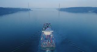 Dünyanın en büyük kargo gemisi havadan görüntülendi
