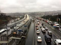 İstanbul'da trafik durma noktasına geldi, sürücüler kavgaya tutuştu