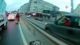 Motosikletli otomobil sürücüsüne saldırdı, o anlar kamerada