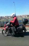 (ÖZEL) Seyir halinde cep telefonu kullanan motosikletli tehlike saçtı