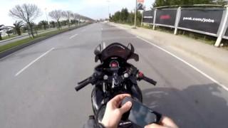 (Özel) Maltepe sahil yolunda motosikletli maganda seyir halinde deposuna benzin doldurdu