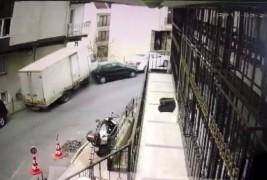 (Özel) Şişli'de freni patlayarak ortalığı savaş alanına çeviren kamyonet güvenlik kamerasında