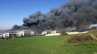 Saatlerdir devam eden fabrika yangınında alev topları yükseliyor