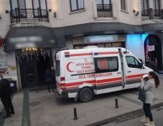 Taksim'de otelin 8'inci katından düştüler: 1 ölü, 1 yaralı