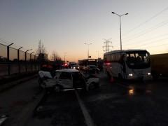 Ters yönde giden taksi kamyona ve minibüse çarptı: 4 yaralı