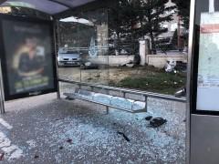 (Özel) Direksiyon hakimiyetini kaybeden üniversite öğrencisi otobüs durağına daldı