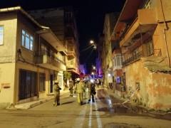 Kadıköy'de apartman girişine bırakılan motosikletin alev alması sonucu binadaki vatandaşlar mahsur kaldı
