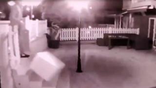 """Kargocunun """"kırılacak"""" yazan paketi merdivenlerden yuvarladığı anlar kamerada"""