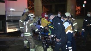 Küçükçekmece'de otomobil park halindeki otobüse çarptı:1'i ağır 2 yaralı