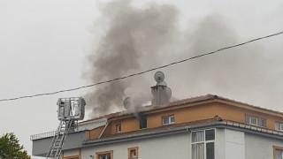 (Özel) Şişli'de komşu binada çıkan yangını terastan izlediler