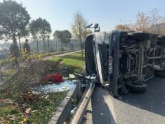 Şişli'de araçla çarpışan kamyonet çimenlik alana devrildi