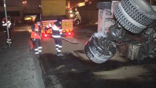 Topkapı Alt Geçidi'nde hafriyat kamyoneti devrildi:1 yaralı